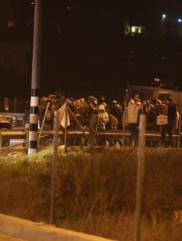 المستوطنون يهاجمون مركبات المواطنين