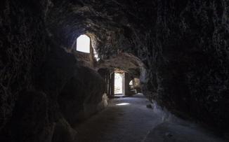 أسر يمنية اضطرت للعيش في الكهوف بسبب الحرب