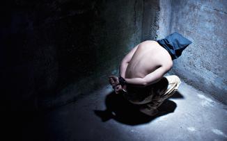 القبض على شخص وتعذيبه