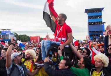 صورة رفع مشجع مصري على كرسي متحرك تثبت أن كرة القدم فعلاً أكثر من مجرّد لعبة