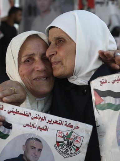 احتفالات امهات الاسرى بعد اعلان ابنائهن عن فك الاضراب الذي استمر 40 يوما