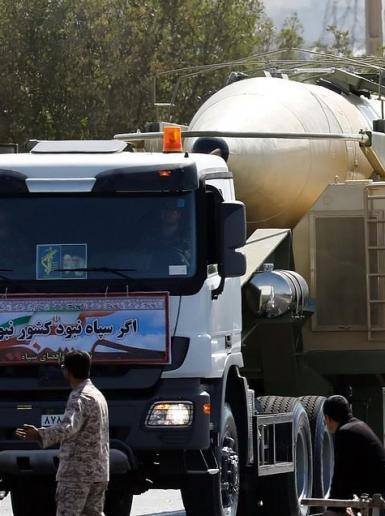 ايران تكشف عن صاروخ باليستي جديد بعرض عسكري