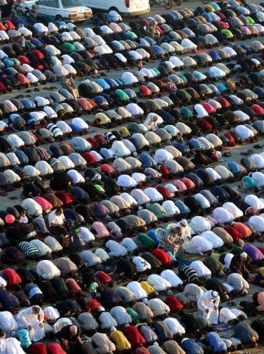 آلاف المواطنين ادو صلاة العيد في مخيم النصيرات بغزة