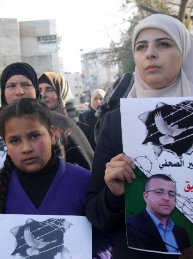 الخليل - وقفة تضامنية مع الأسير الصحفي المضرب عن الطعام محمد القيق .