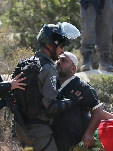 الاحتلال يقمع مسيرة سليمة في جبل الريسان غرب رام الله