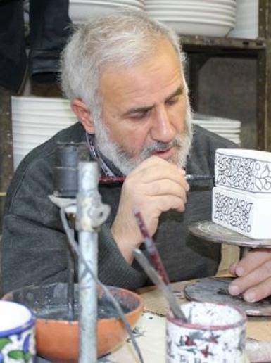 تاريخها يعود لـ 600 عام..صناعة الزجاج الخزف في مدينة الخليل