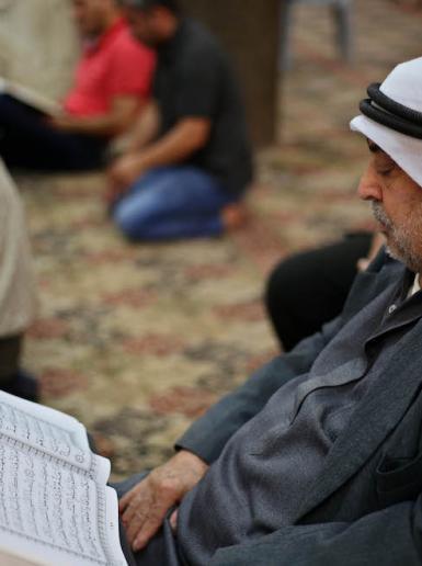 مواطنون يتلون القرآن في مساجد نابلس القديمة بثاني ايام رمضان