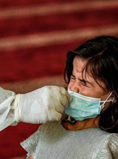 الطب الوقائي في قطاع غزة يقوم بأخذ عينات عشوائية لمواطنين في داخل احد المساجد
