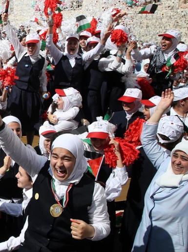 فرحة طلاب مدرسة الامل في نابلس بعد حصولهم على المرتبة الاولى على العرب