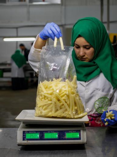 نسوة يعملن في مصنع للمواد الغذائية