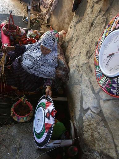 مسنة من سلفيت تعمل في صناعة ساعات الزينة  بطريقة تقليدية