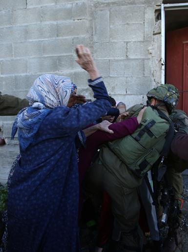 قوات الاحتلال تعتقل فتى وسط تصدي النساء في كفرقدوم بقلقيلية