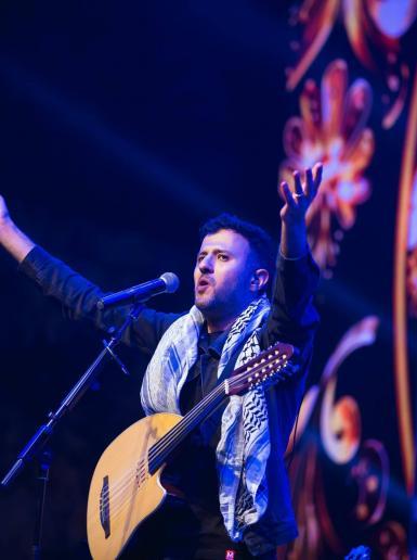 الفنان المصري حمزة نمرة يغني للثورة الفلسطينية وسط مدينة رام الله بحضور الآلاف