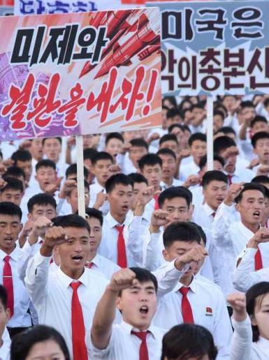 الكوريون الشماليون يخرجون بمظاهرات تطلب الانتقام من ترامب واميركا