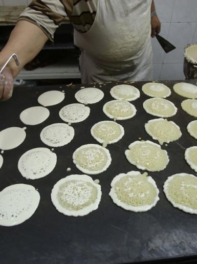 اعداد القطايف في اول ايام رمضان المبارك في أسواق نابلس القديمة