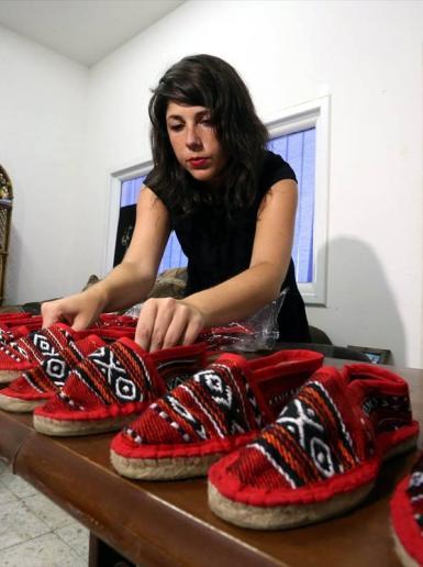 اسبانية من برشلونة تصنع احذية لتباع في رام الله