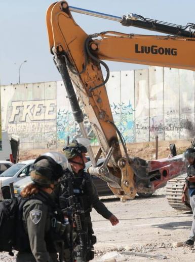 قوات الاحتلال تشرع باعمال هدم في محيط حاجز قلنديا