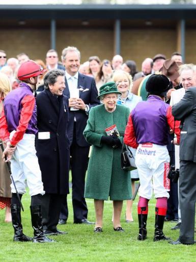 ملكة بريطانيا تحتفل بعيد ميلادها 94 في دبي الامارتية