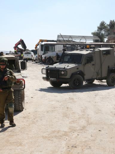جيش الاحتلال يفكك ويستولي على بركس في دير رازح جنوب الخليل