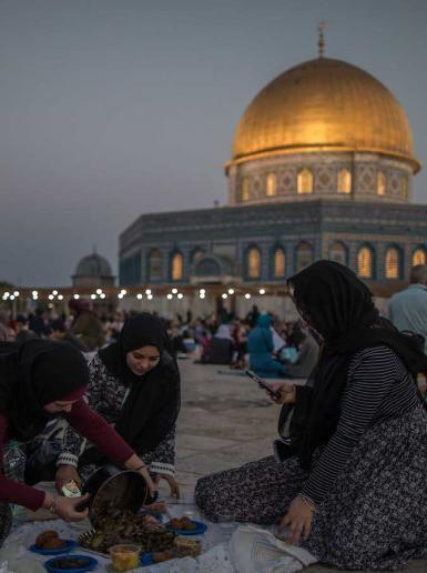 إفطار للمواطنين في باحات المسجد الاقصى المبارك