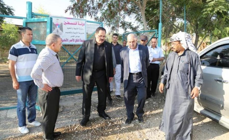 وزير التعليم صبري صيدم يعلن عن اطلاق العام الدراسي مبكرًا من أرض الخان الأحمر