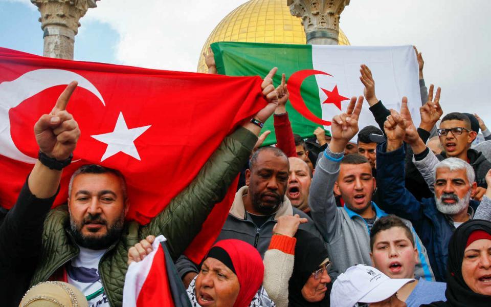 سابقة ...الاحتلال يعتقل تركيا لرفعه علم بلاده بالمسجد الأقصى - موقع رام الله الإخباري