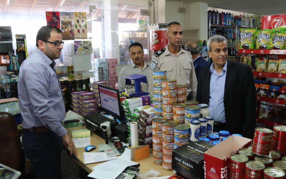 محافظ قلقيلية يتفقد الأسعار في أسواق المدينة - موقع رام الله الإخباري