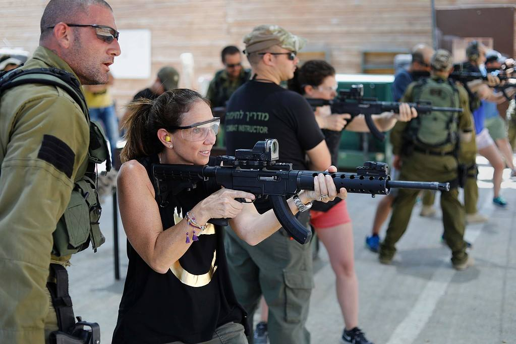 شركة اسرائيلية تدرب السياح الاجانب على قتل الفلسطينيين