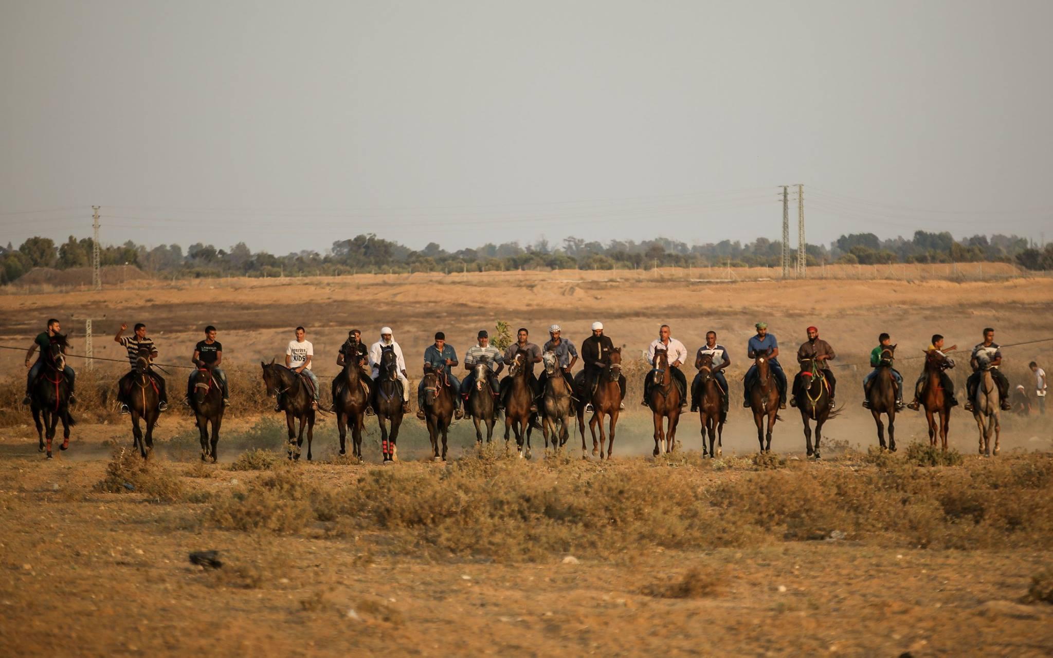 شبان غزيون يستعرضون مهاراتهم في ركوب الخيل بالقرب من المناطق الحدودية