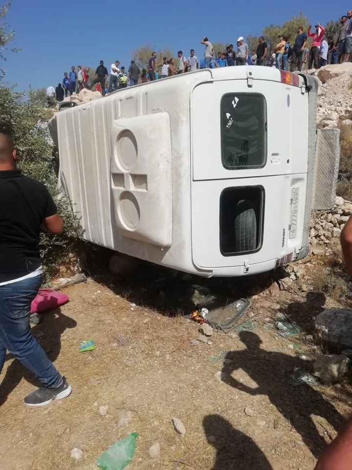 اصابة اطفال في حادث انقلاب باص روضىة