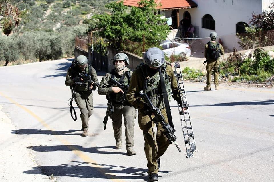 قوات الاحتلال تواصل البحث عن منفذ عملية سلفيت لليوم الثالث على التوالي حيث تتركز اعمال البحث في بلدتي بروقين وكفر الديك