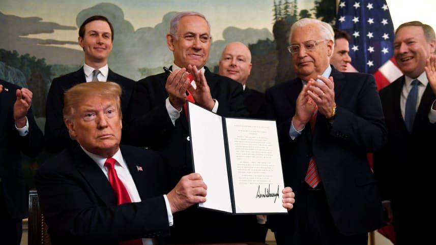 ترامب يوقع على منح الجولان لاسرائيل